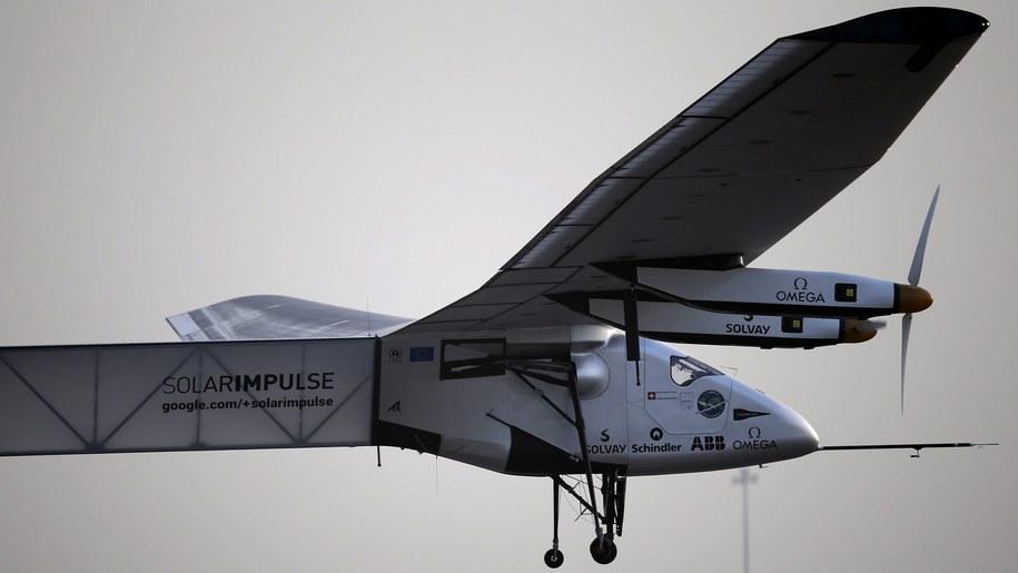 Samolot odleciał w poniedziałek w kierunku Maskatu, stolicy Omanu, gdzie oczekiwany jest pod koniec dnia. Za sterami maszyny zasiadł Szwajcar Andre Borschberg /ALI HAIDER   /PAP/EPA