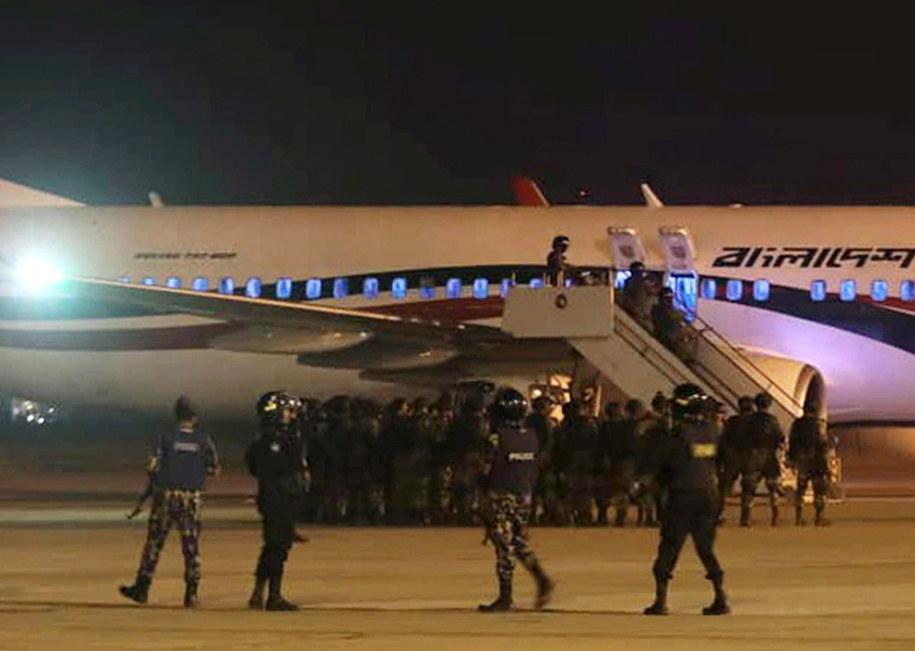Samolot otoczyli policjanci i żołnierze / STR   /PAP/EPA