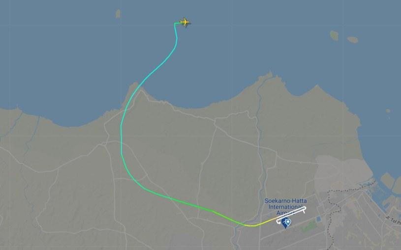 Samolot po starcie z lotniska w Dżakarcie zniknął nad wodą. /Twitter /