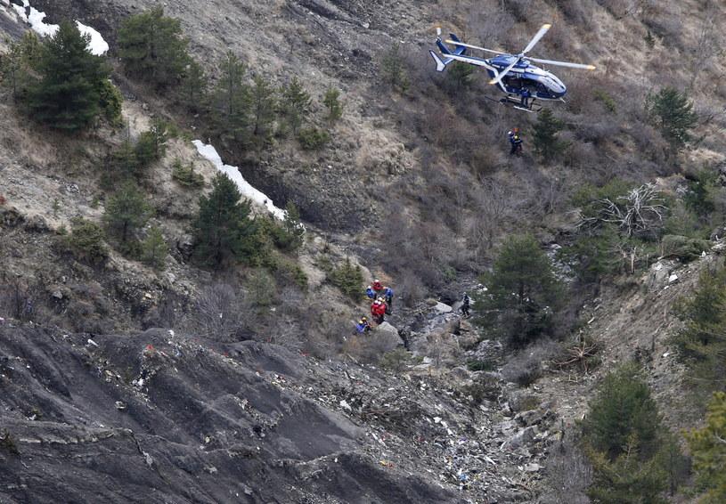 Samolot rozbił się w bardzo trudnym terenie /PAP/EPA