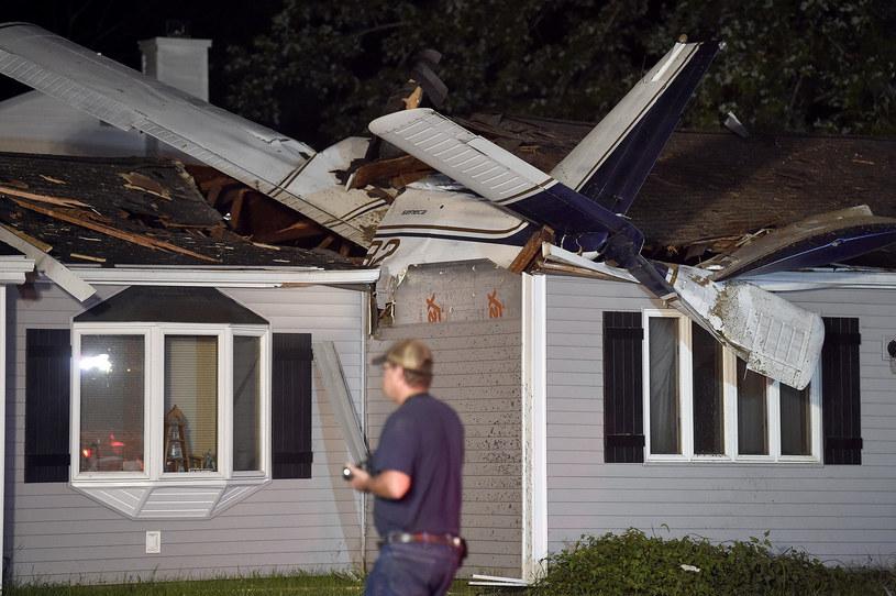 Samolot spadł na dom jednorodzinny. /The Day/Associated Press/East News /East News