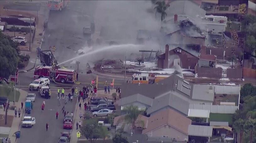 Samolot spadł na domy mieszkalne /CityofSantee / TWITTER / CBS /AFP