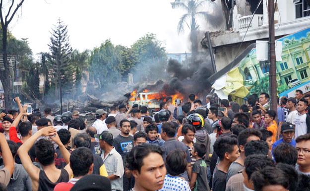 Samolot spadł na dzielnicę mieszkalną /Muhammad Zulfan Dalimunthe /AFP