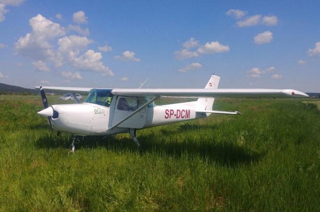 Samolot szkoleniowy Cessna 152 lądował awaryjnie w okolicach Daleszyc /Policja