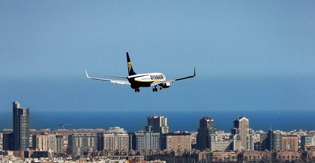 Samolot w drodze na lotnisko w Walencji /MANUEL BRUQUE /PAP/EPA