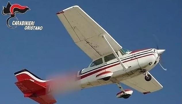 """Samolot, z którego """"spadły"""" narkotyki /Carabinieri Oristano /Archiwum"""