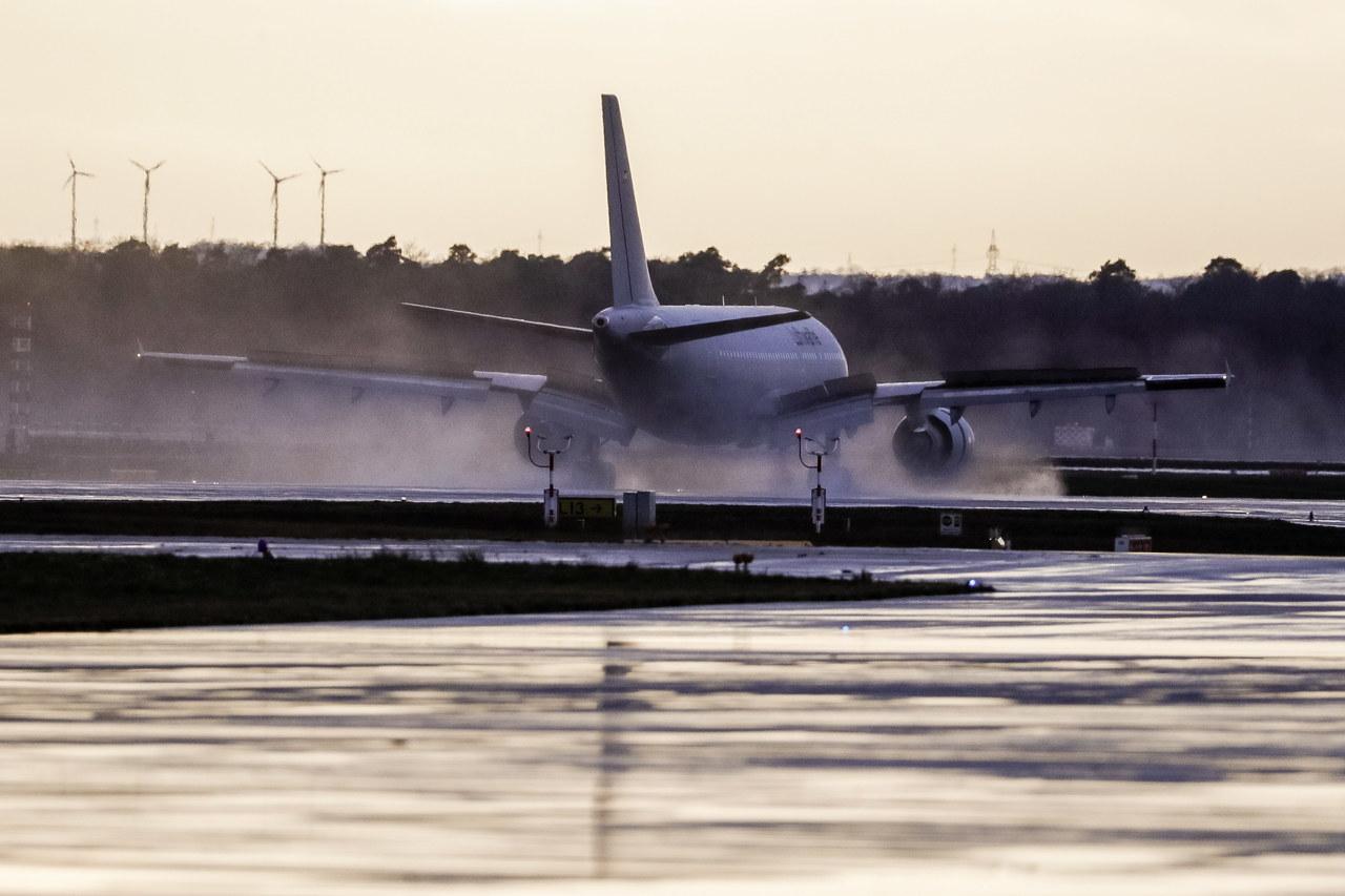 Samolot z Polakami wracającymi z chińskiego Wuhan wylądował we Francji