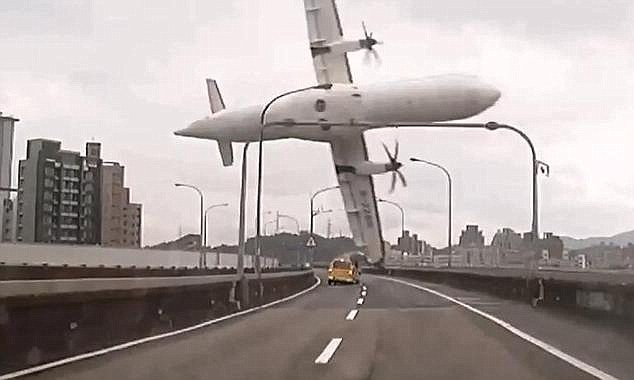Samolot zahaczył o estakadę i wpadł do rzeki /Twitter