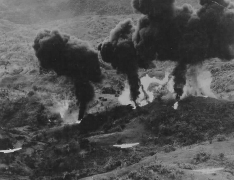 Samoloty P-38J Lighting zrzucają bomby z napalmem na filipińską dżunglę /Getty Images/Flash Press Media