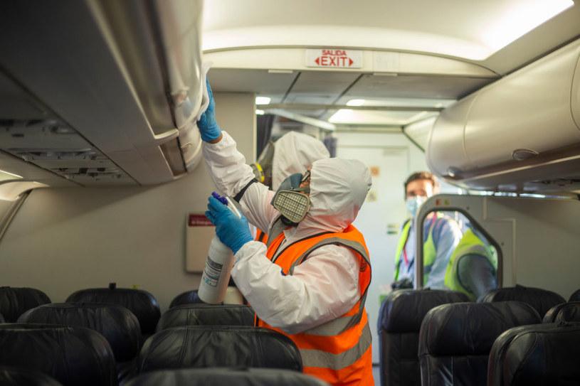 Samoloty są dezynfekowane przed wpuszczeniem pasażerów na pokład /Daniel Garzon Herazo /Getty Images