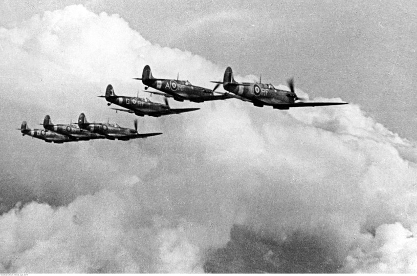 """Samoloty """"Spitfire"""" polskiego dywizjonu 303 w Wielkiej Brytanii, podczas lotu w szyku bojowym /Z archiwum Narodowego Archiwum Cyfrowego"""