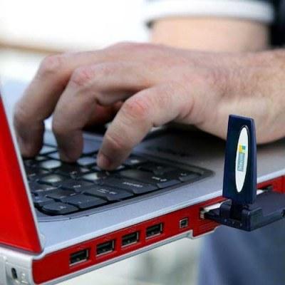 Samorządy będą musiały zapewnić mieszkańcom dostęp do internetu i telefonu /AFP