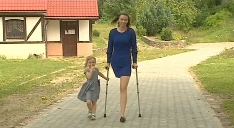 Samotnej matce odebrano rentę, mimo że ma amputowaną nogę /TVP Info