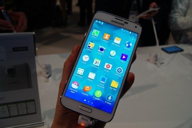 Samsung Galaxy S5 radzi sobie z wodą całkiem dobrze. /INTERIA.PL