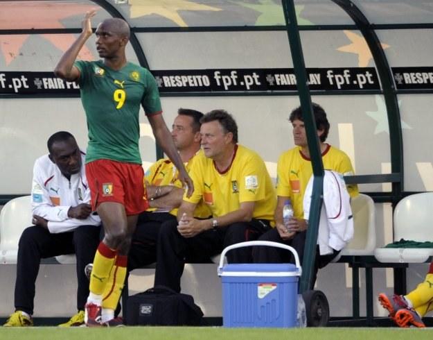 Samuel Eto'o opuszcza boisko po otrzymaniu czerwonej kartki /AFP