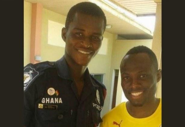 Samuel Sarfo (L) w mundurze policjanta z piłkarzem reprezentacji Ghany Emanuelem Agyemangiem-Badu /YouTube /
