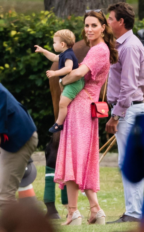 Sandały na koturnie często nosi księżna Kate /Samir Hussein/WireImage /Getty Images