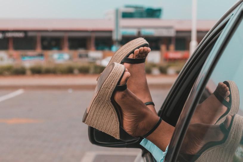 Sandały na koturnie to wyjątkowo wygodne obuwie /123RF/PICSEL