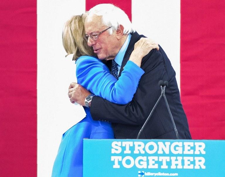 Sanders poparł Clinton /Justin SAGLIO / AFP /AFP