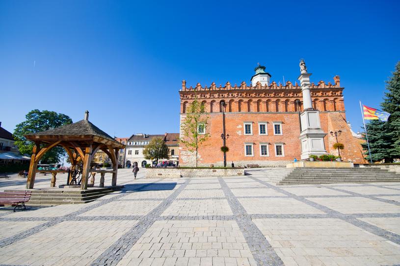 Sandomierz. Jedną z najbardziej charakterystycznych budowli  starego miasta jest ratusz  z przełomu XIV i XV w. /123RF/PICSEL