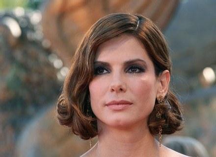 Sandra Bullock boba połączyła z stylizacją na lata 40. /AFP