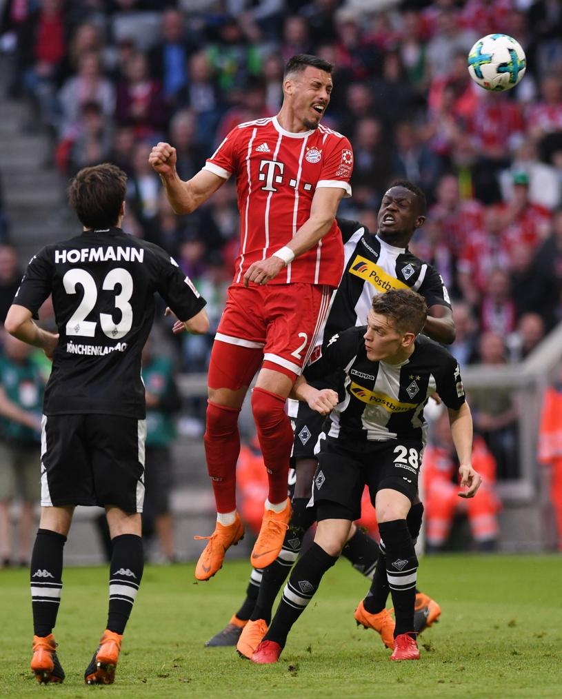 Sandro Wagner strzela gola dla Bayernu w meczu z Borussią Moenchengladbach /PAP/EPA