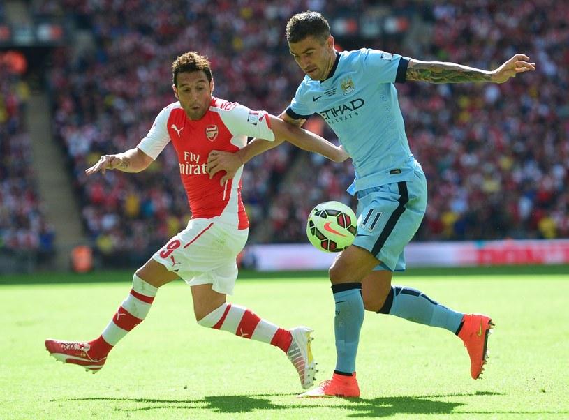 Santi Cazorla (z lewej) z Arsenalu i Alexander Kolarov z Manchesteru City /AFP