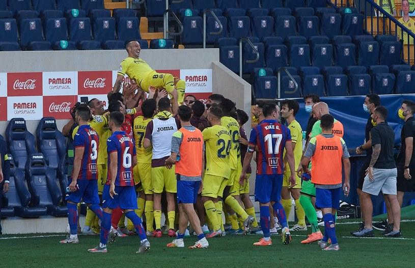 Santi Cazorla żegnany przez piłkarzy Villarrealu /ZUMA/NEWSPIX.PL /AFP