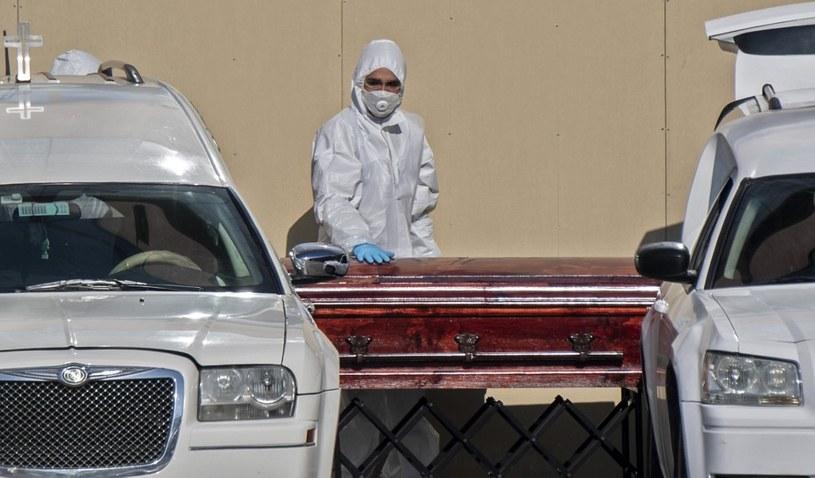 Santiago, Chile. Trumna ze zmarłym po zakażeniu COVID-19 /AFP