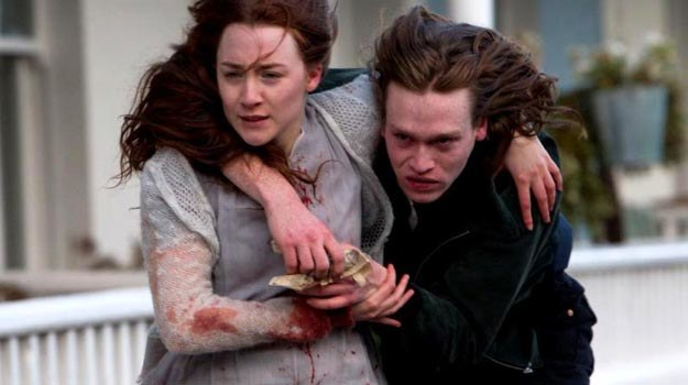 Saoirse Ronan i Caleb Landry Jones: Romans pierwsza klasa /materiały dystrybutora