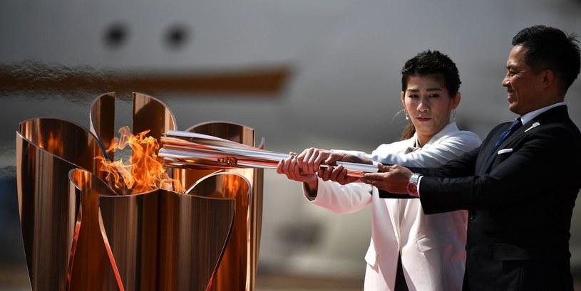 Saori Yoshida i Tadahiro Nomura z ogniem olimpijskim /AFP