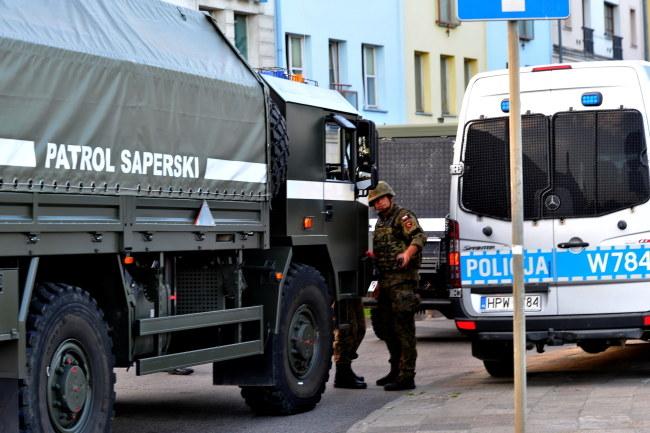 Saperzy i policja na miejscu akcji / Marcin Bielecki    /PAP