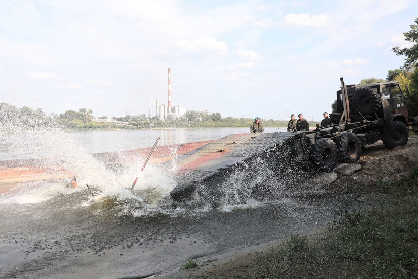 Saperzy rozpoczęli montaż mostu pontonowego / Tomasz Gzell    /PAP