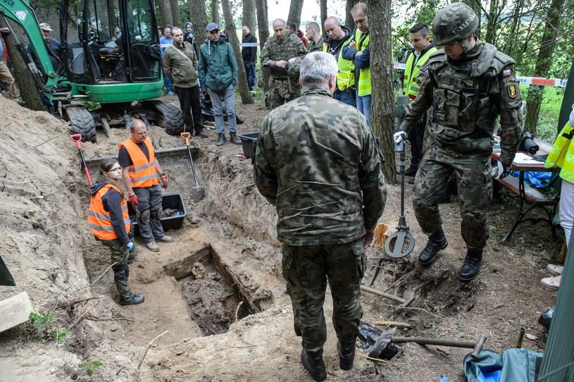 Saperzy uczestniczą w pracach ekshumacyjnych przy miejscu pochówku żołnierza wyklętego Antoniego Dołęgi ps. Znicz /Wojciech Pacewicz /PAP