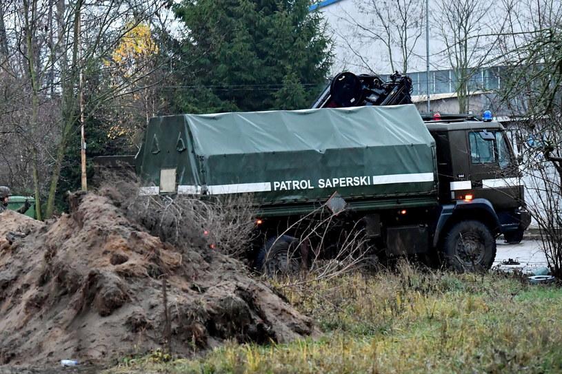 Saperzy w miejscu znalezienia bomby lotniczej w Policach / Marcin Bielecki    /PAP