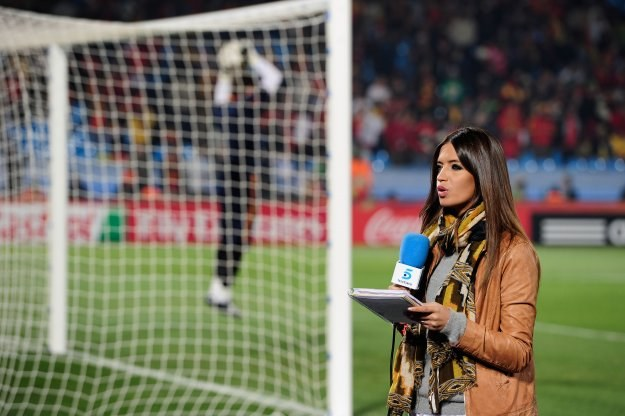 Sara Carbonero, w tle rozgrzewa się Iker Casillas/fot. Stuart Franklin /Getty Images/Flash Press Media