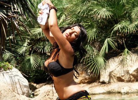 Sara May w lesie palmowym /Coca Music Production