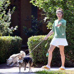 Sara Sampaio na spacerze w puchatych kapciach