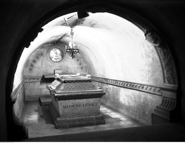 Sarkofag Adama Mickiewicza w krypcie Wieszczów Narodowych na Wawelu /Z archiwum Narodowego Archiwum Cyfrowego