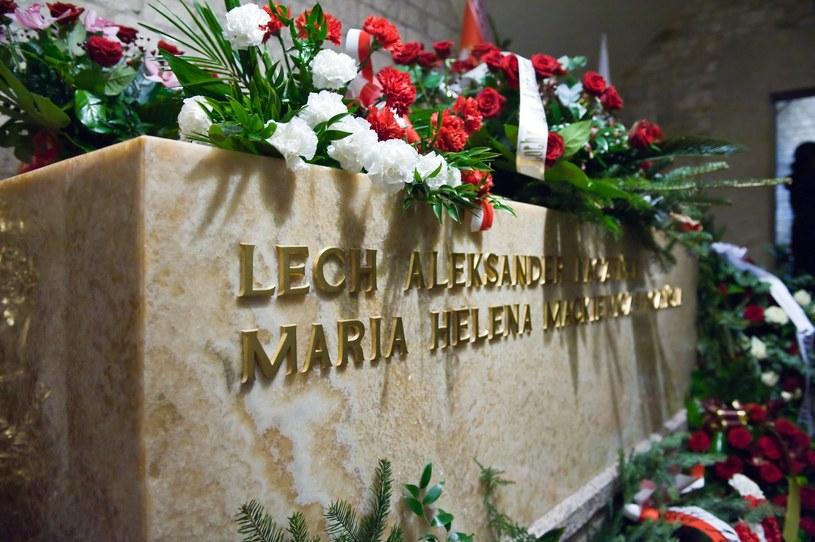 Sarkofag Lecha i Marii Kaczyńskich w krypcie pod Wieżą Srebrnych Dzwonów na Wawelu /Tadeusz Koniarz /Reporter