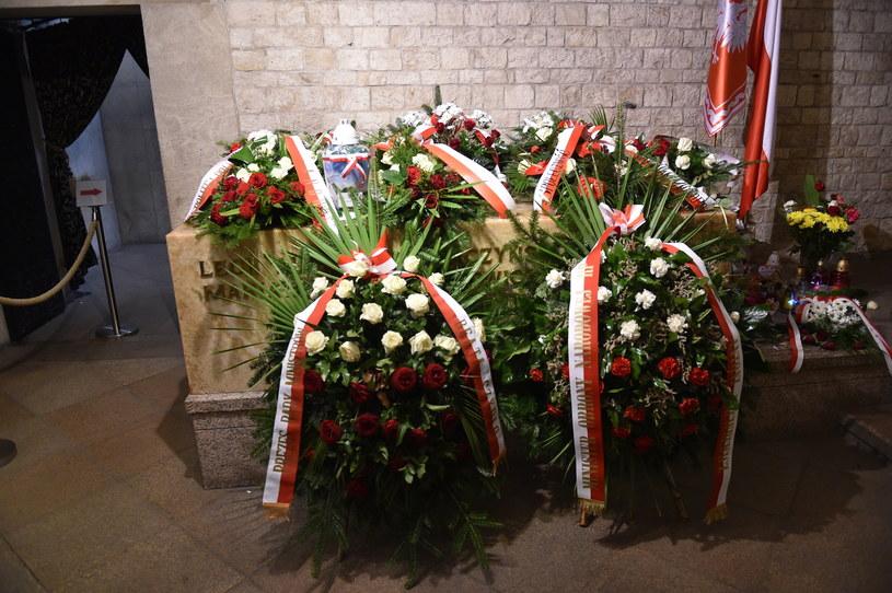 Sarkofag Lecha i Marii Kaczyńskich w krypcie pod Wieżą Srebrnych Dzwonów na Wawelu w Krakowie /Jacek Bednarczyk /PAP