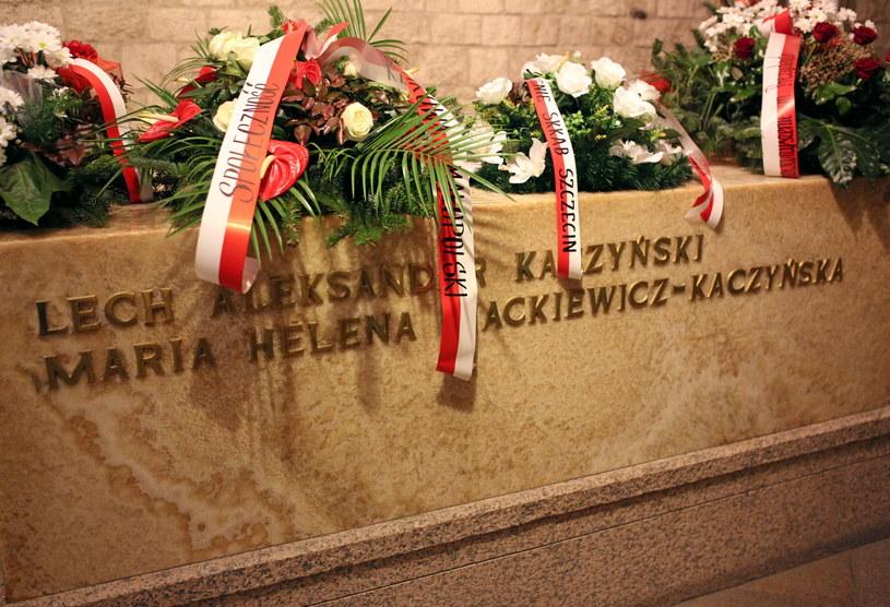 Sarkofag Lecha i Marii Kaczyńskich w krypcie pod Wieżą Srebrnych Dzwonów na Wawelu w Krakowie /Stanisław Rozpędzik /PAP