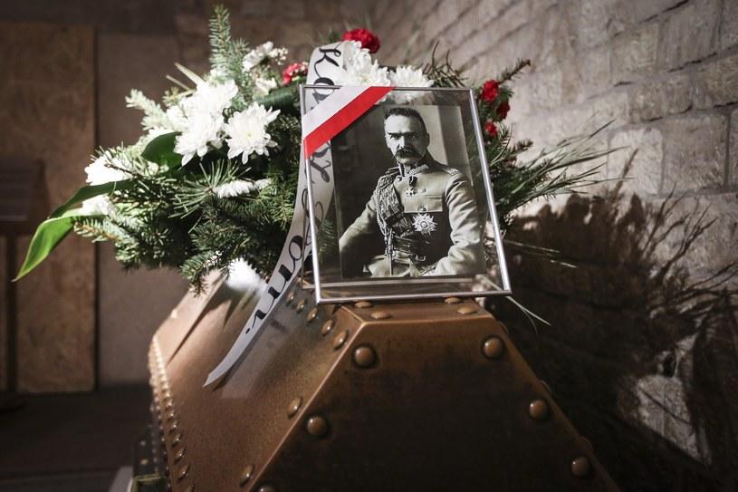 Sarkofag marszałka Piłsudskiego po konserwacji wrócił na Wawel /Beata Zawrzel /Reporter