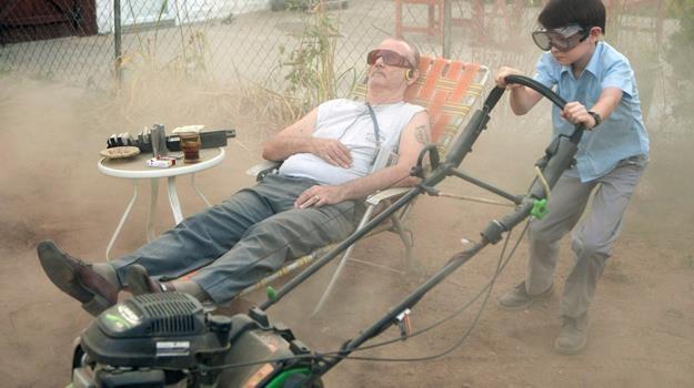 """Sąsiad alkoholik został opiekunką. Bill Murray i Jaeden Lieberher w scenie z filmu """"Mów mi Vincent"""" /materiały dystrybutora"""