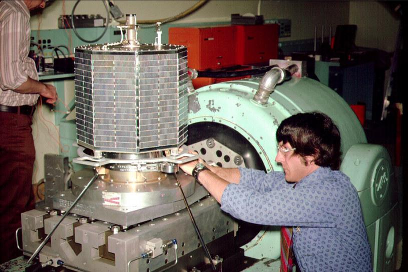 Satelita OSCAR 7 przygotowywany do testu wibracji - zdjęcie archiwalne ze strony www.amsat.org /INTERIA.PL