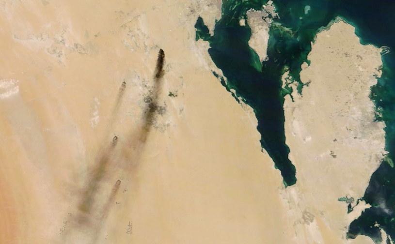 Satelitarne zdjęcie pokazujące płonące szyby naftowe we wschodniej Arabii Saudyjskiej /NASA HANDOUT /PAP/EPA