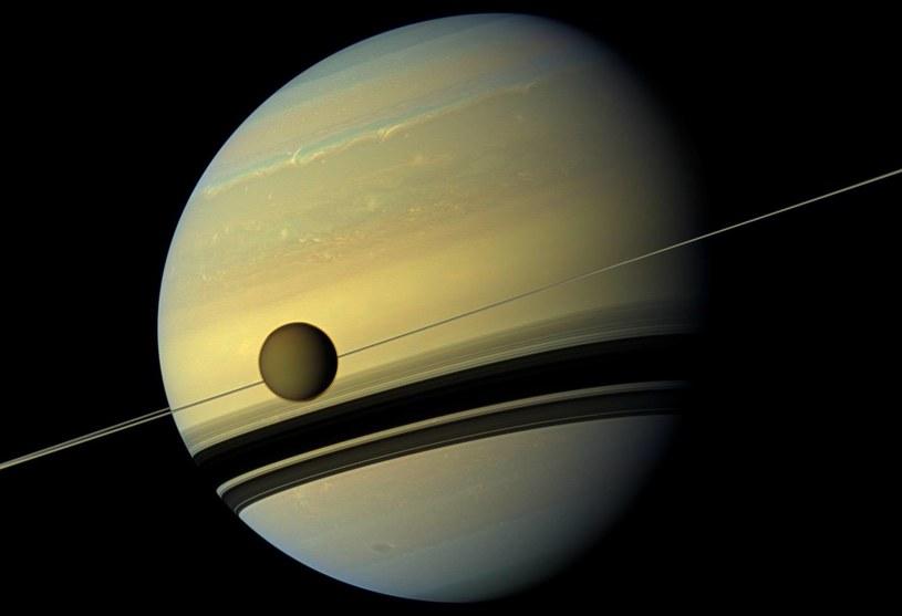 Satrun i jego księżyć Tytan /NASA