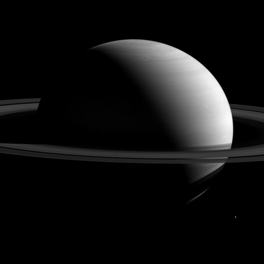 Saturn i Tetyda w obiektywie sondy Cassini /NASA/JPL-Caltech/Space Science Institute /materiały prasowe