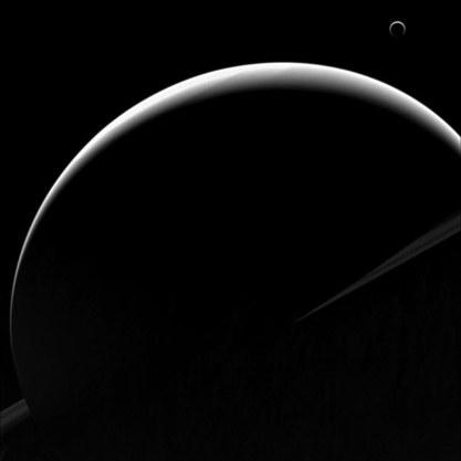Saturn (na pierwszym planie) i Tytan (po prawej u góry). /NASA