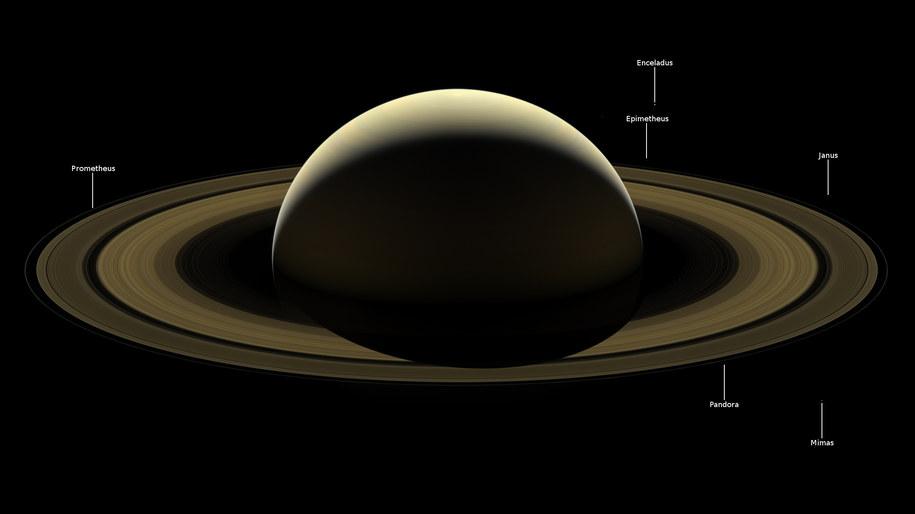 Saturn z oznaczonymi ksieżycami /NASA/JPL-Caltech/Space Science Institute /Materiały prasowe